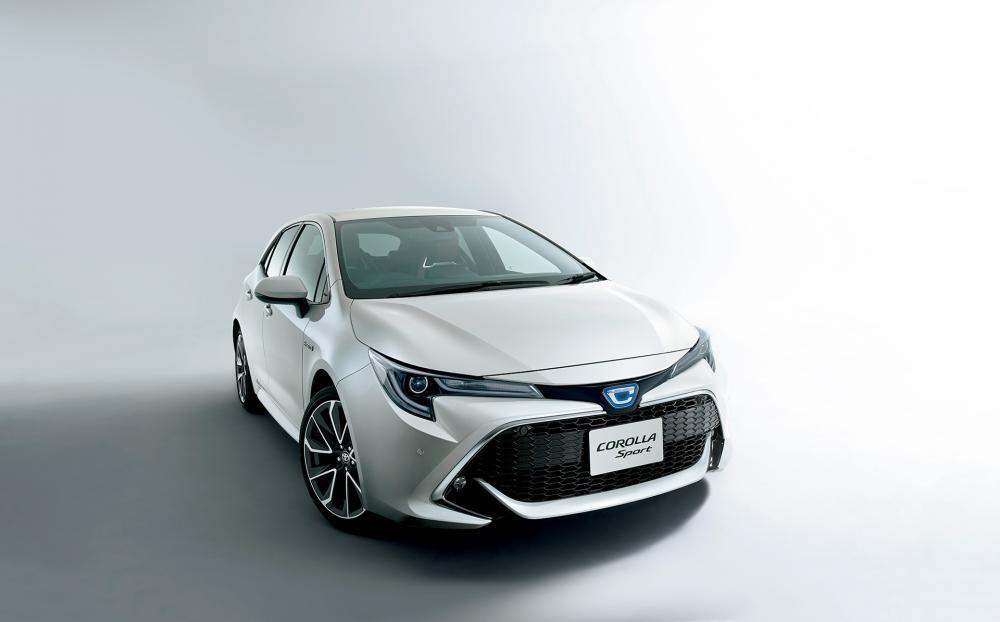 gambar menunjukan sebuah mobil Toyota Corolla Sport 2018 berwarna silver