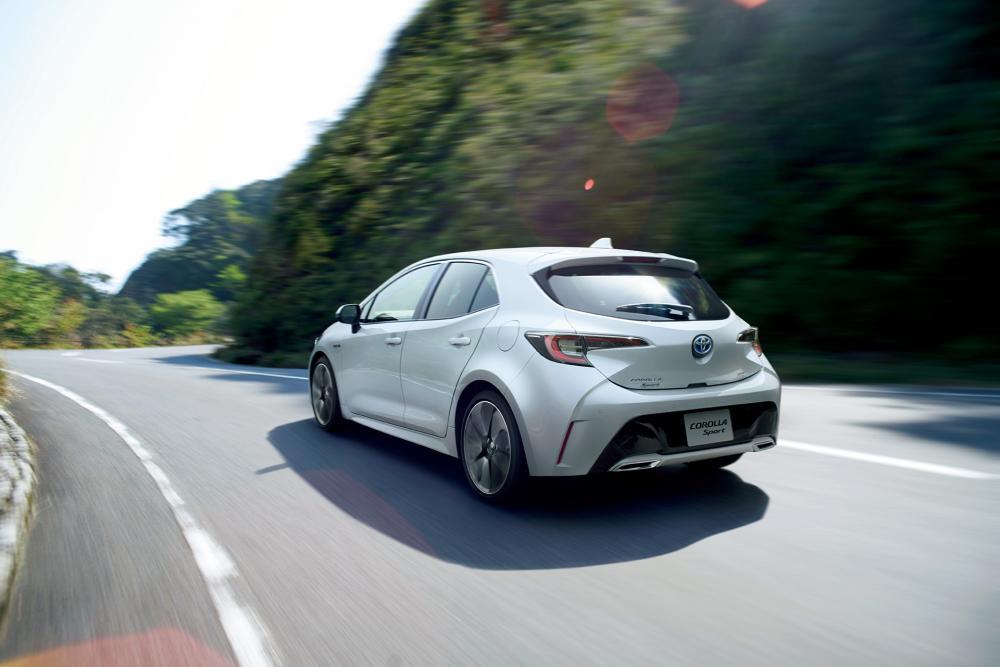 gambar menunjukan sebuah mobil Toyota Corolla Sport sedang berkendara di jalan