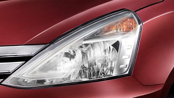 Lampu Utama Nissan Grand Livina 2018 berwarna merah