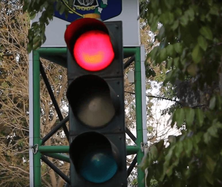 Gambar ini menunjukkan lampu lalu lintas dan dan terlihat lampu merah menyala