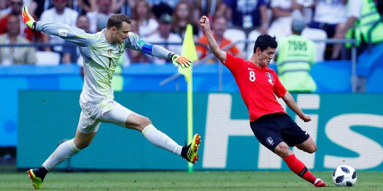 Manuel Neuer menghadang sepakan pemain Korea Selatan
