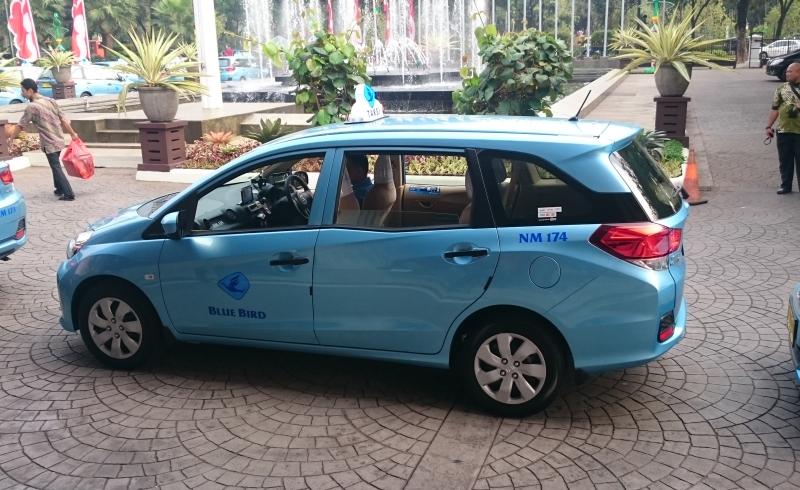 Taksi Blue Bird Honda Mobilio warna biru muda
