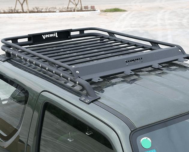 gambar ini menunjukkan roof rack warna hitam berbentuk kotak di atas Mobil