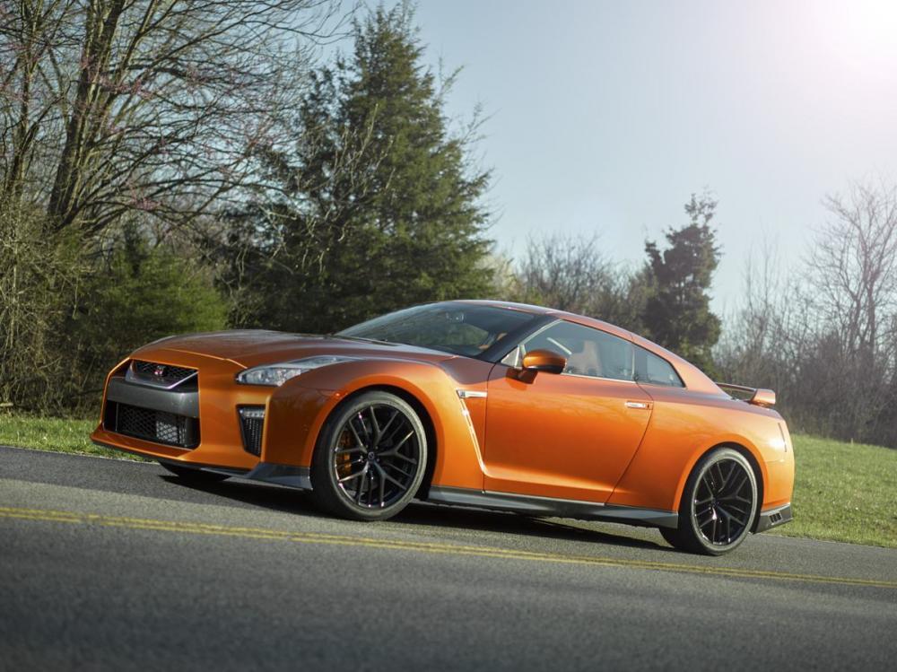 gambar menunjukan sebuah mobil Nissan GT-R35 berwarna orange sedang diparkir di jalan