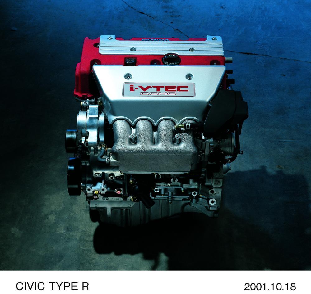 Gambar ini menunjukkan mesin Honda K20A dengan tutup warna hitam dan silver terdapat tulisan i-VTEC DOHC