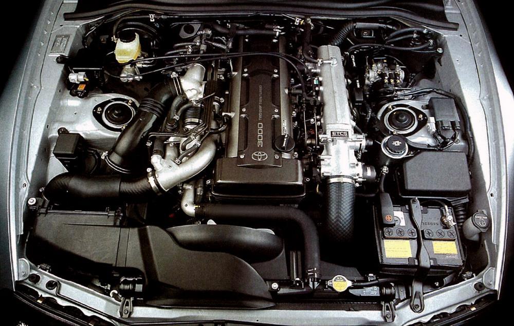 Gambar ini menunjukkan mesin Toyota 2JZ-GTE dengan tutup atas warna biru