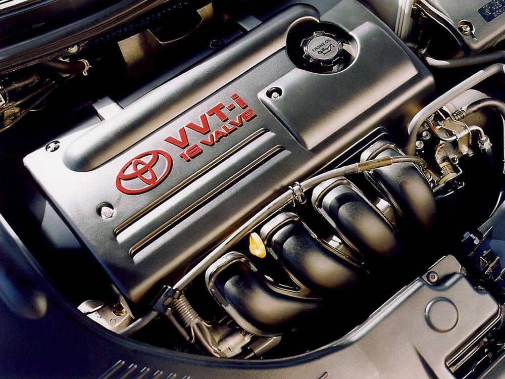 Gambar ini menunjukkan mesin Toyota 3S-GTE dan terlihat logo toyota di atasnya yang terlihat jelas