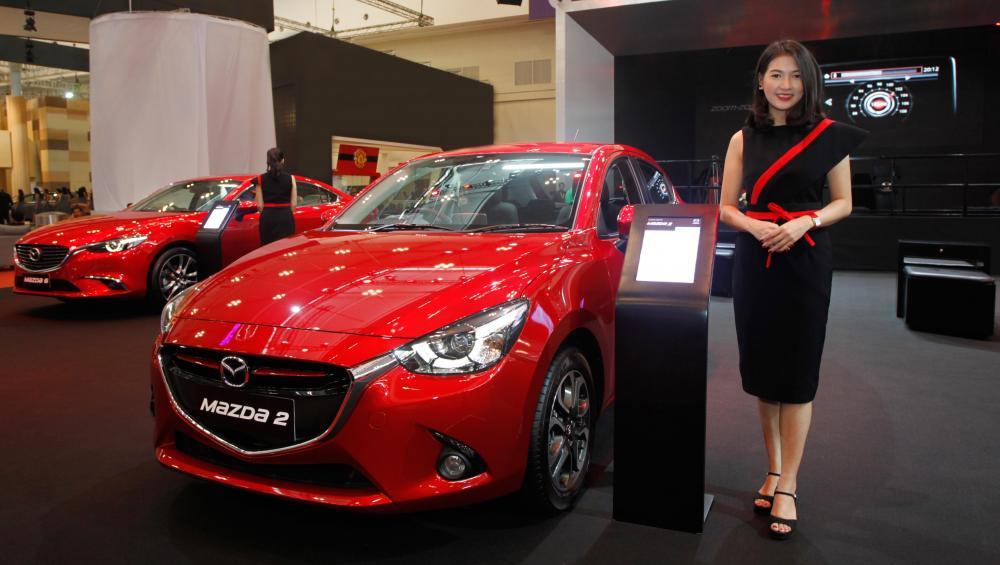 Gambar mobil Mazda warna merah
