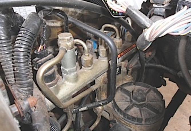 Gambar ini menunjukkan beberapa komponen pada mesin mobil diesel