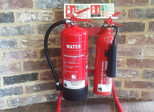 Gambar ini menunjukkan 2 buah alat pemadam api dengan ukuran yang berbeda