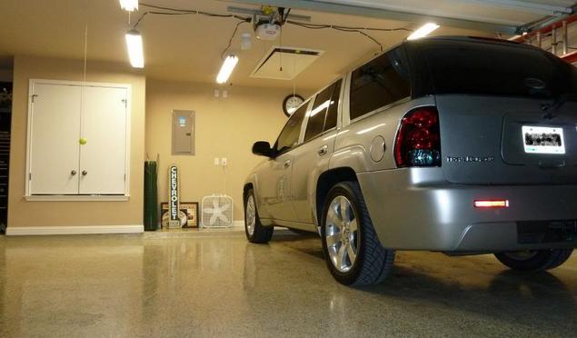 Gambar ini menunjukkan sebuah Mobil di dalam garasi dalam keadaan terang