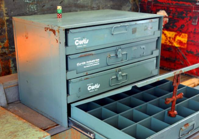 Gambar ini menunjukkan ilustrasi kotak penyimpanan perkakas di dalam garasi