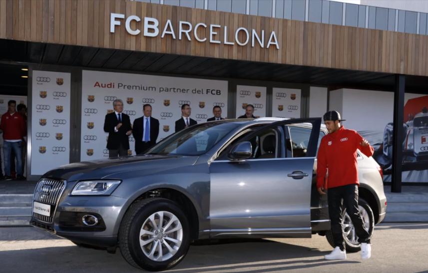 Neymar saat menerima hadiah mobil Audi Q5