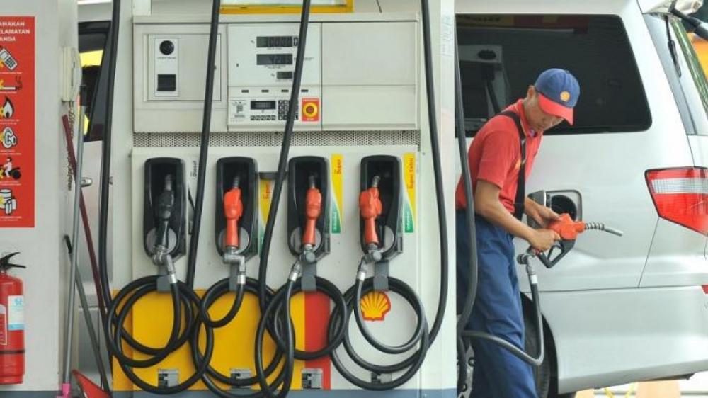 Gambar menunjukan seorang dan SPBU Shell Indonesia