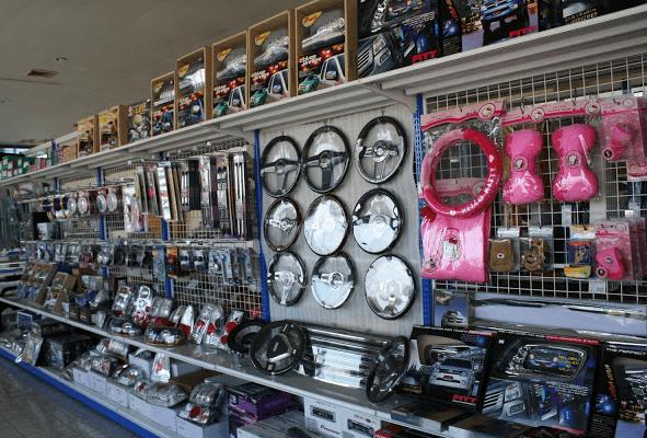 Gambar ini menunjukkan toko tempat penjualan aksesori Mobil dan terlihat kemudi dan aksesori lainnya