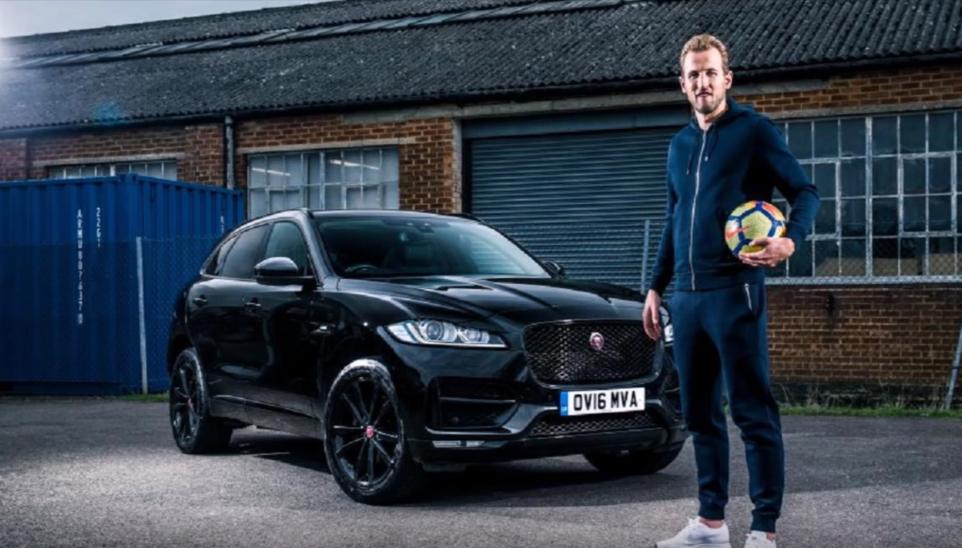 Jaguar F-Pace warna hitam milik Harry Kane