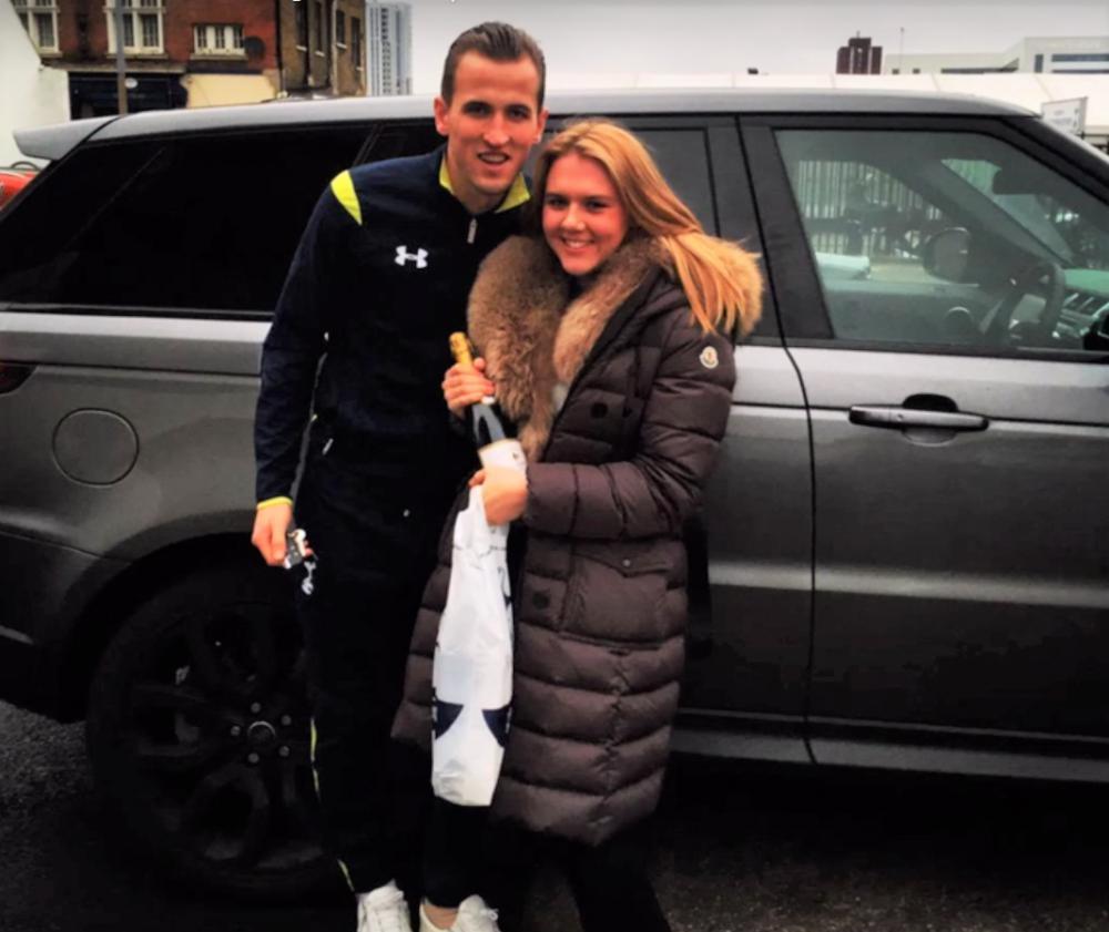 Harry Kane berpose bersama istri di sebelah Range Rover miliknya