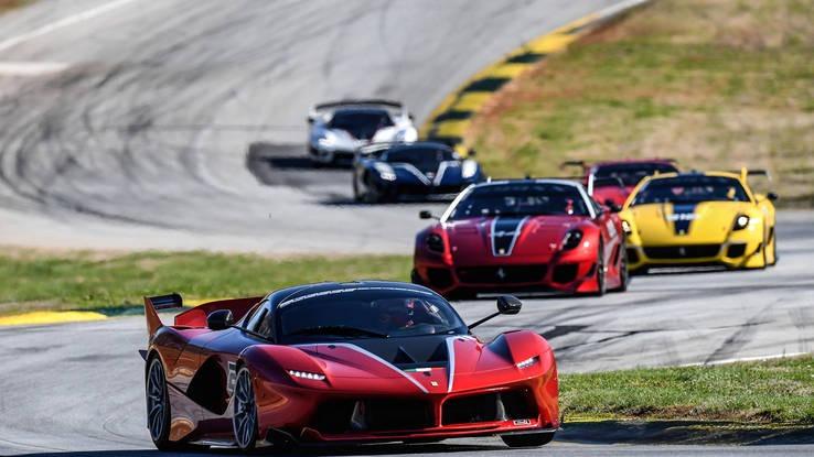 Gambar yang menunjukan mobil baru Ferrari FXX-K berwarna merah dengan kekuatan monster
