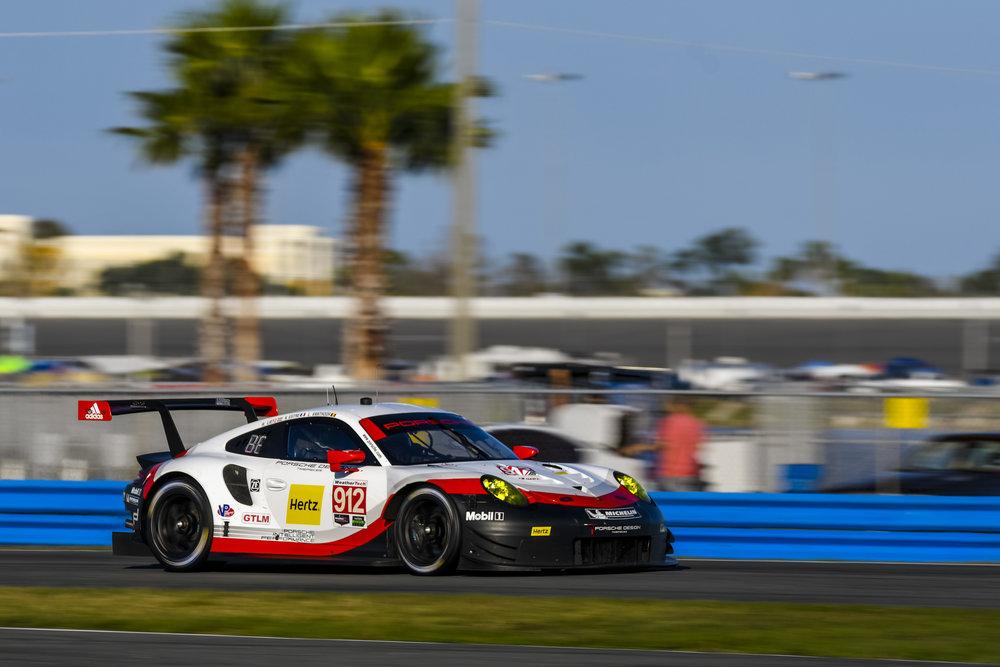 Gambar yang menunjukan mobil baru Porsche 911 RSR keluaran tahun 2017