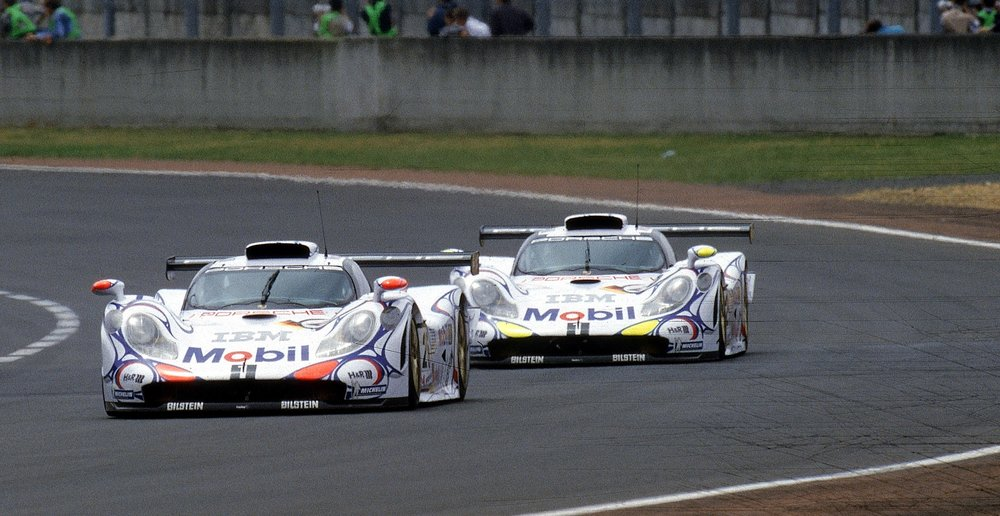 Gambar yang menunjukan mobil baru Porsche 911 GT1098 keluaran tahun 1998
