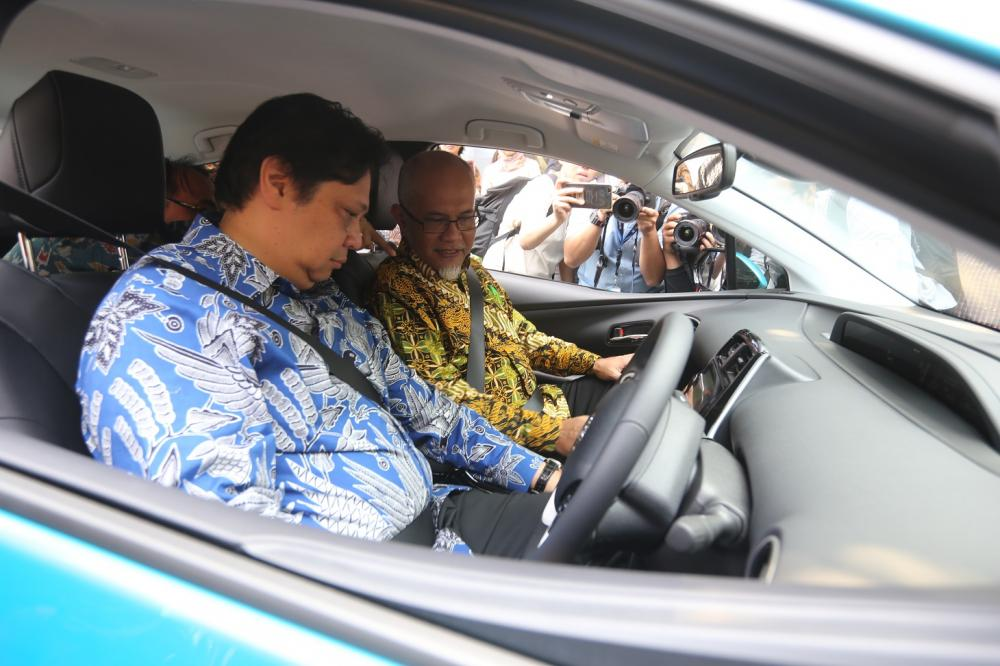 Gambar yang menunjukan Menteri Perindustrian Airlangga Hartanto yang sedang mengendarai mobil Toyota