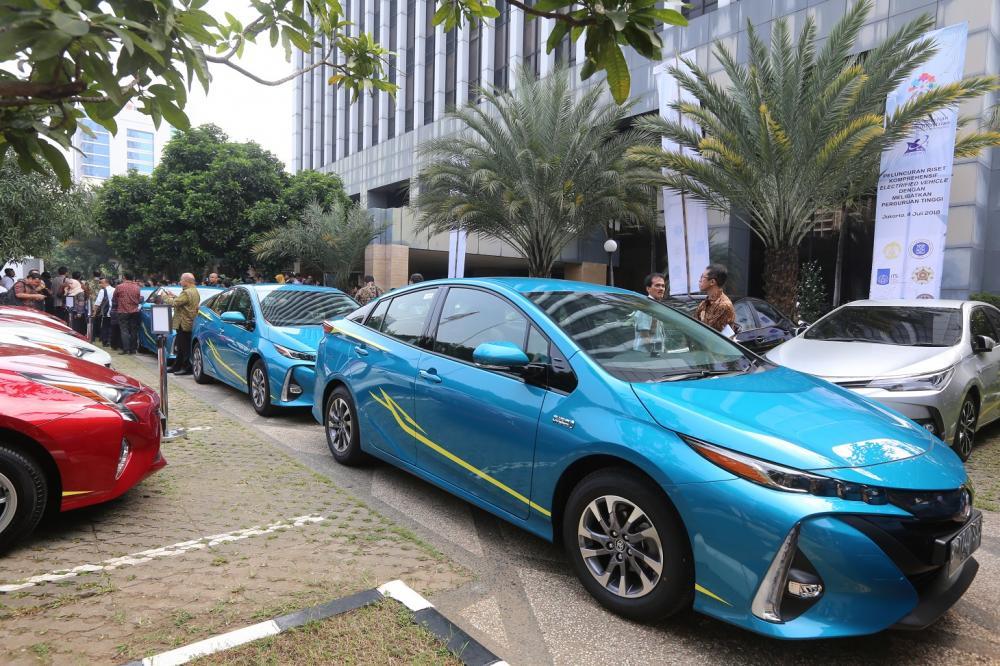 Gambar yang menunjukan mobil listrik terbaru dari Toyota, Toyota Prius berwarna biru