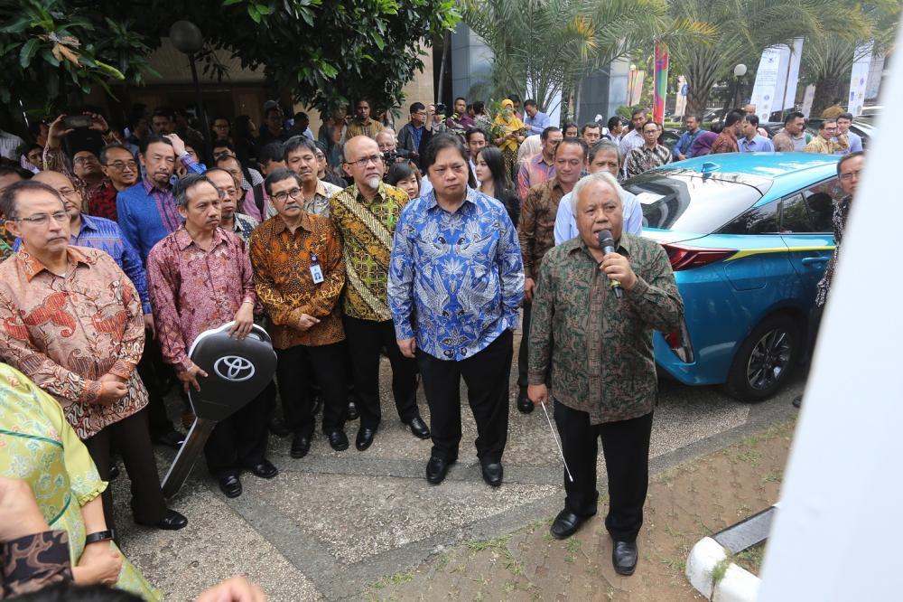 Gambar yang menunjuknan Menteri Perindustrian Airlangga Hartanto bersama jajaran petinggi Toyota