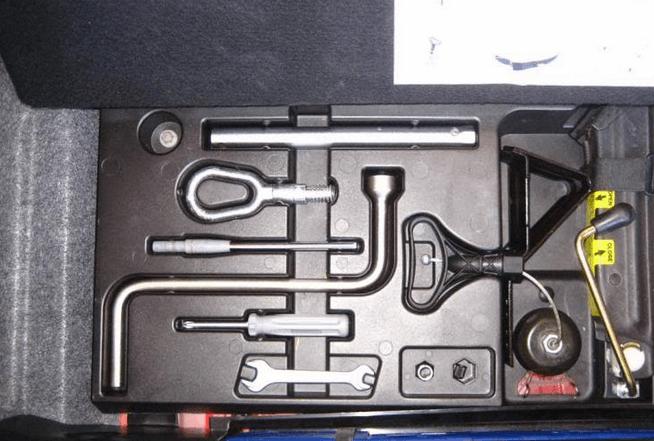 Gambar ini menunjukkan beberapa perkakas untuk perbaikan kendaraan dengan beberapa model seperti obeng dan kunci ring