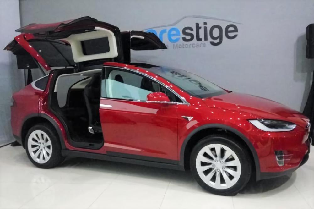 Gambar mobil listrik Tesla model X yang dijual di Indonesia