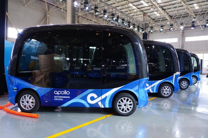 Gambar yang menunjukan beberapa bus produksi Baidu, Apolong
