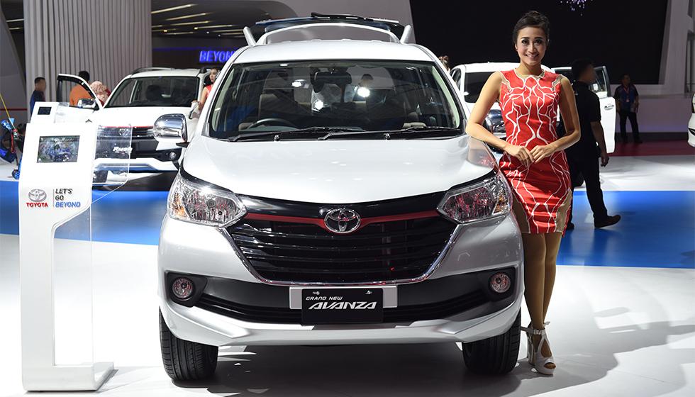 Gambar yang menunjukan mobil Toyota Avanza pada sebuah pameran mobil