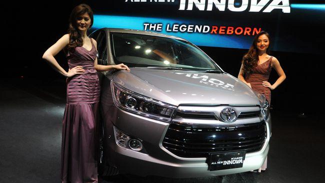 Gambar yang menunjukan mobil baru Toyota Innova yang sedang dipamerkan di pameran