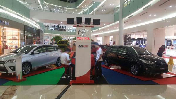 Gambar yang menunjukan event Toyota yang diadakan pada sebuah mall