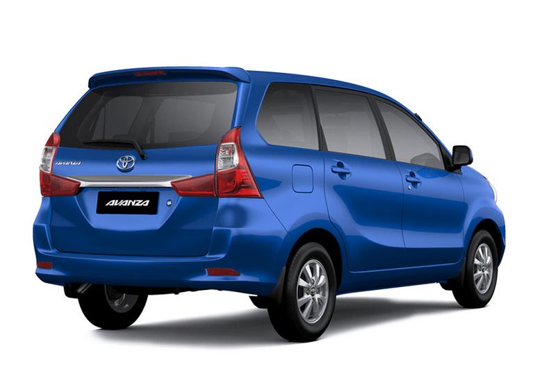 Gambar ini menunjukkan Mobil Toyota Avanza warna biru tampak belakang dan samping kanan