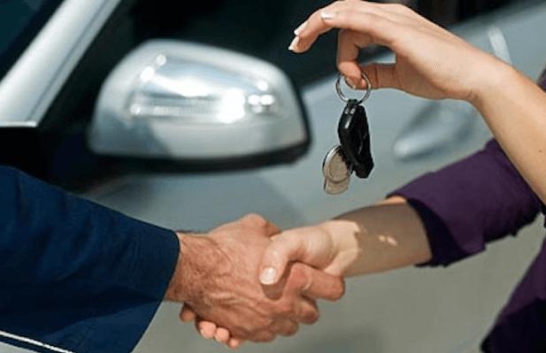 Gambar ini menunjukkan 2 buah tangan sedang bersalaman dan 1 lagi memegang kunci