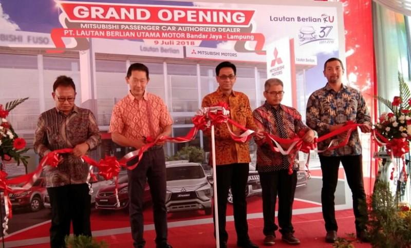 Para petinggi sedang meresmikan dealer Misubishi di Lampung