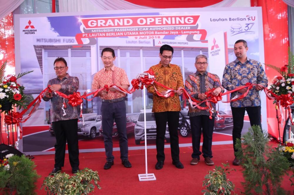 Pemotongan pita peresmian dealer baru Mitsubishi di Lampung