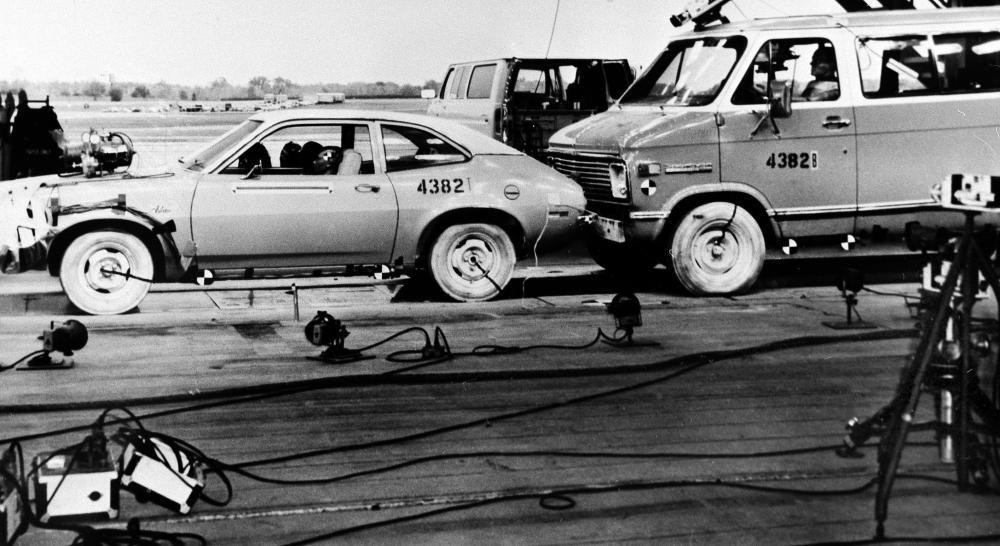 Gambar yang menunjukan tes kecelakaan sedan Ford Pinto keluaran tahun 1973