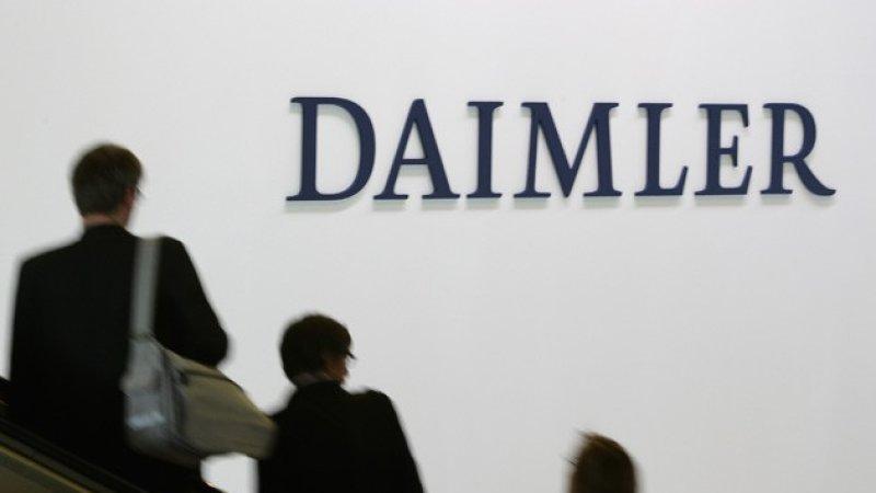 Gambar yang menunjukan dinding dengan tulisan Daimler