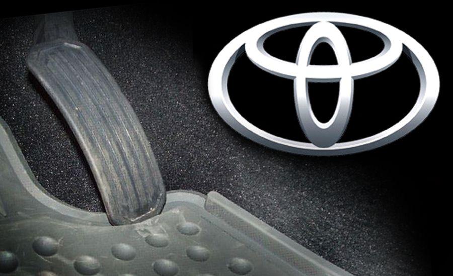 Gambar yang menunjukan bagian pdal gas dan rem dari mobil dengan logo Toyota