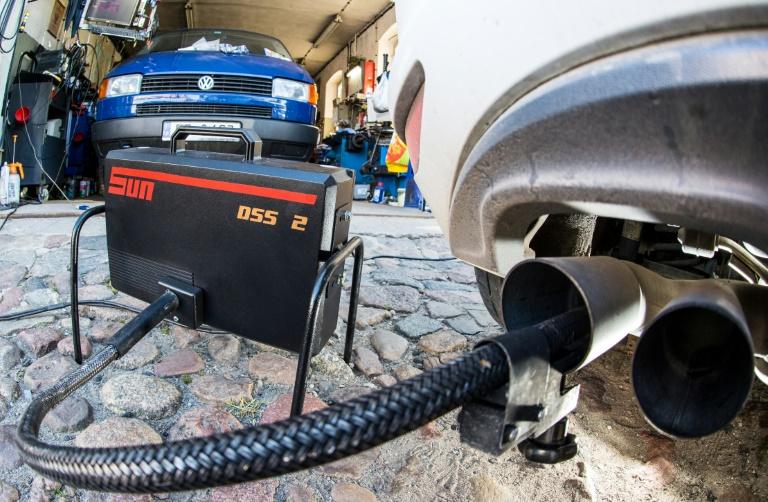 Gambar yang menunjukan mobil Volkswagen yang sedang melakukan pengujian emisi