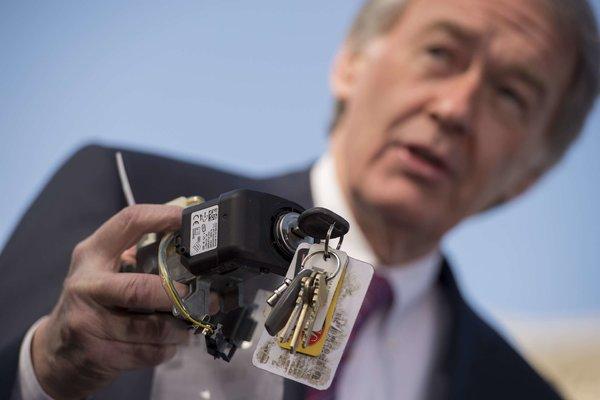 Gambar yang menunjukan seorang yang sedang memegang sistem pengapian dari General Motors