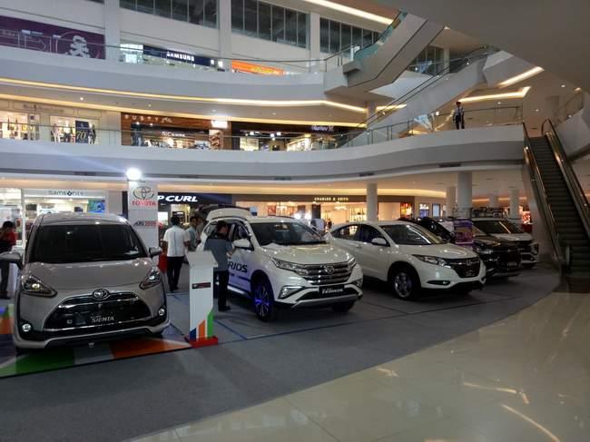 Mobil-mobil baru dipajang di mal untuk dijual