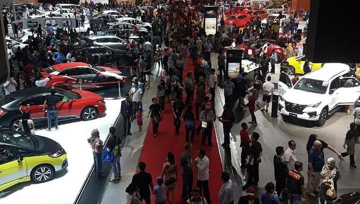 Suasana meriah di sebuah pameran otomotif