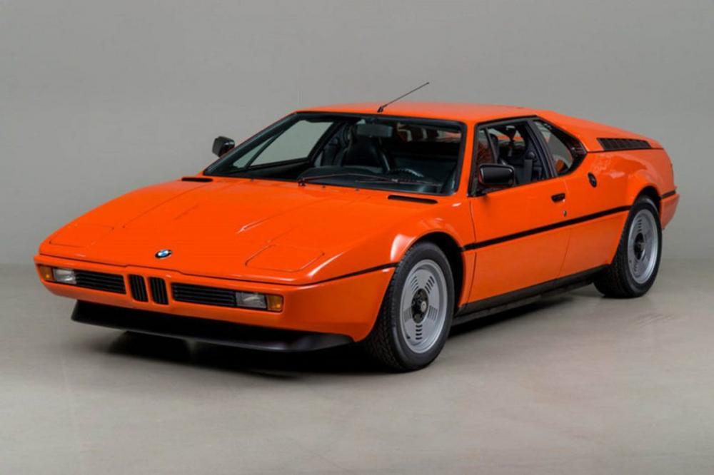 Gambar yang menunjukan mobil lama BMW M1 yang memiliki lampu pop up