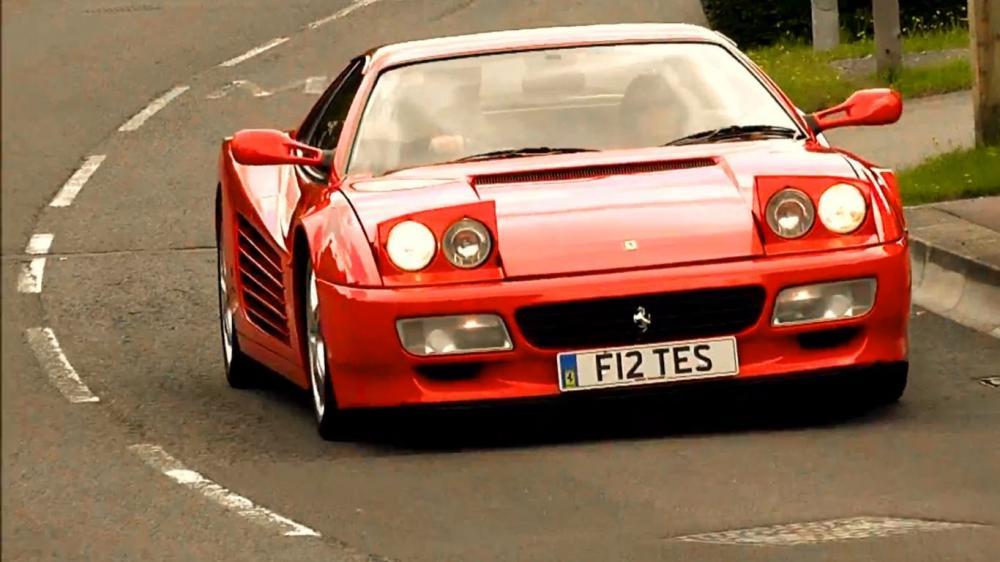 Gambar yang menunjukan mobil lama Ferrari Terrarosa yang memiliki lampu pop up