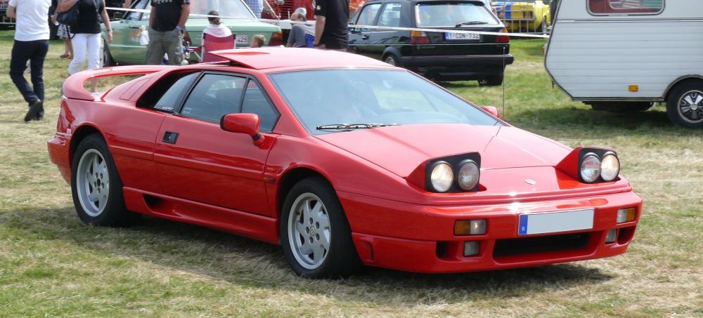 Gambar yang menunjukan mobil lama Lotus Esprit yang memiliki lampu pop up