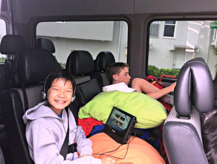 Gambar ini menunjukkan 2 0rang anak sedang berada di dalam Mobil terlihat senang