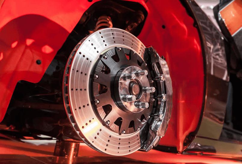 Gambar ini menunjukkan piringan pada sistem pengereman Mobil dan bodi warna merah