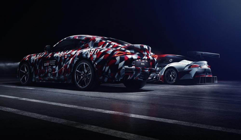 Foto dua versi Toyota Supra A90 2019 bersebelahan